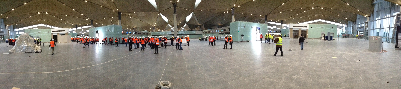 Панорама зала регистрации, вид из центра зала регистрации со стороны входов на третий этаж терминала