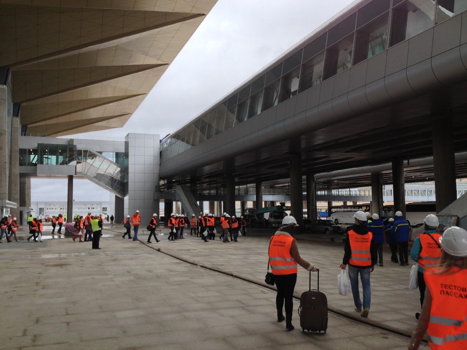 Подъездная галереея на уровне третьего этажа нового терминала Пулково, переход из галереи на третий этаж терминала в зону регистрации; площадь на уровне первого этажа терминала