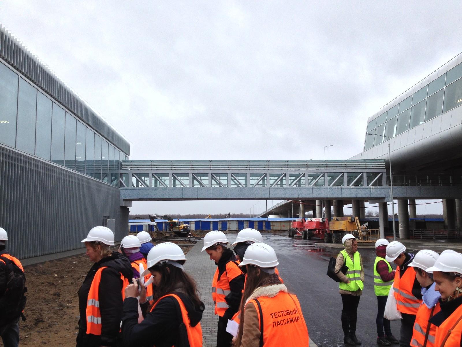 Галерея перехода между многоуровневой парковкой и подъездной галереей на уровне третьего этажа