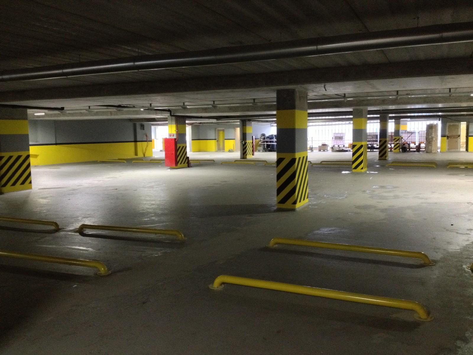 Здание автомобильной парковки изнутри