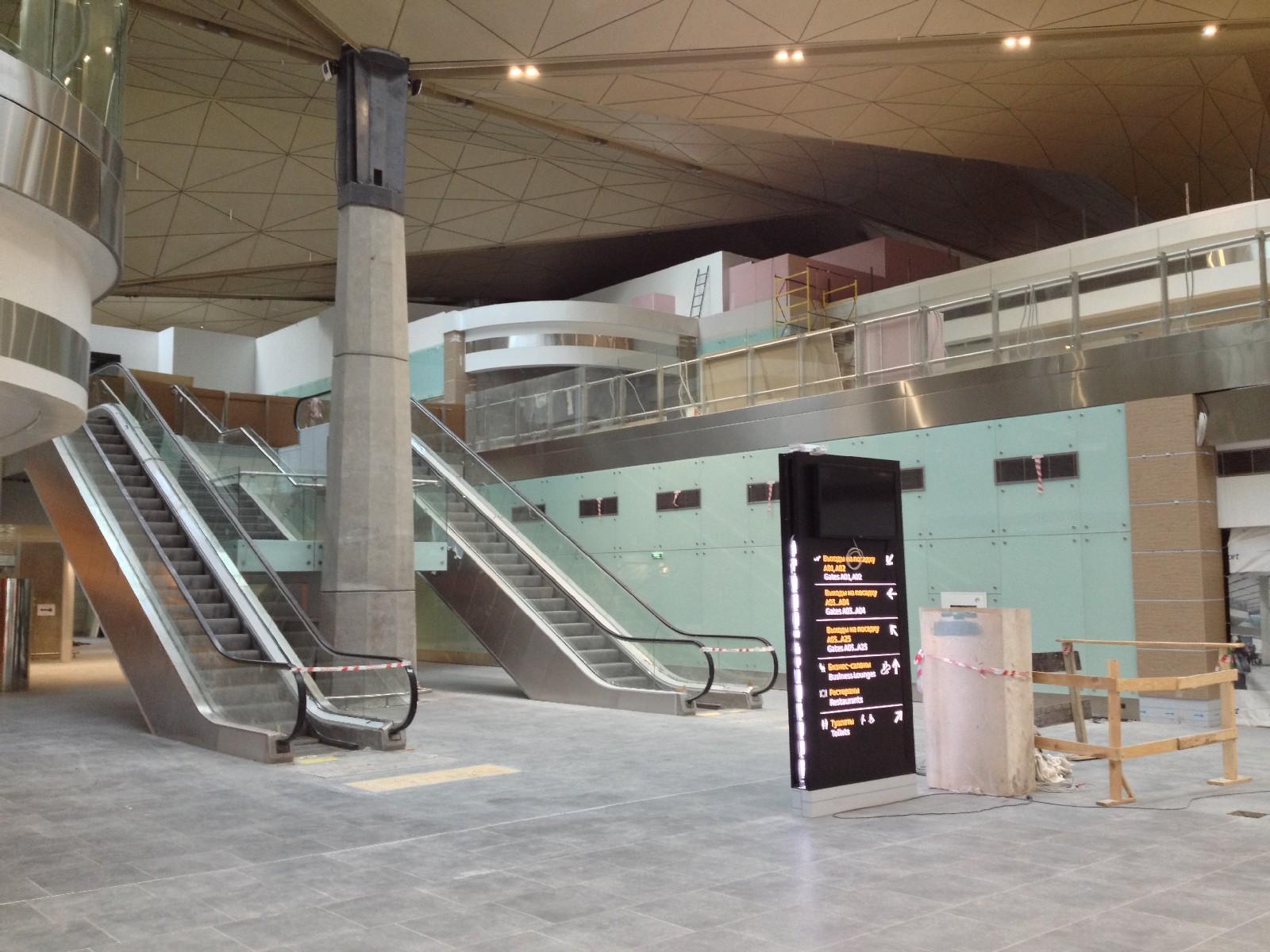 Эскалатор на второй этаж зала ожидания вылетов