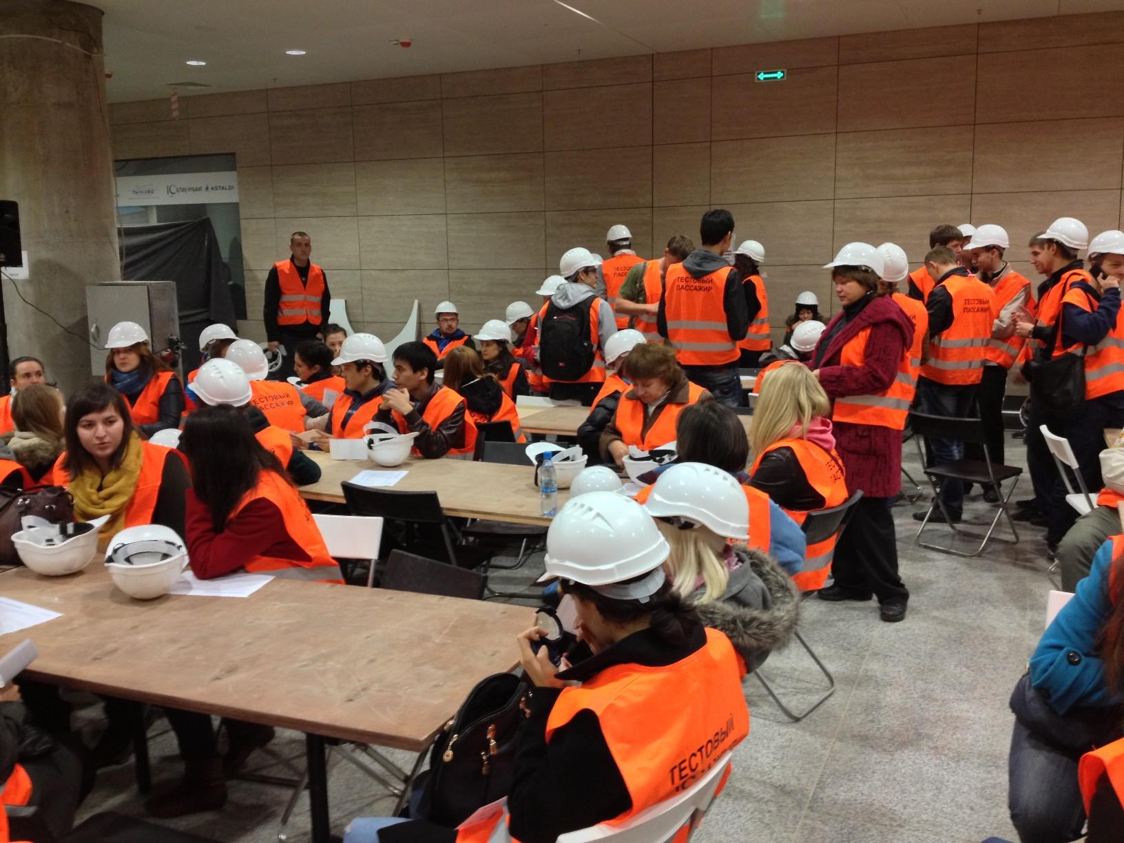 Волонтеры в ожидании брифинга