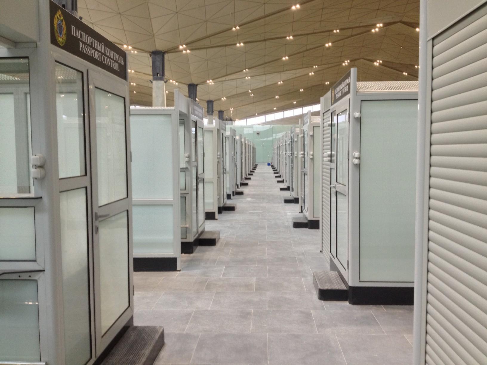 Кабинки паспортного контроль в зоне международных вылетов нового терминала Пулково (Пулково 3)