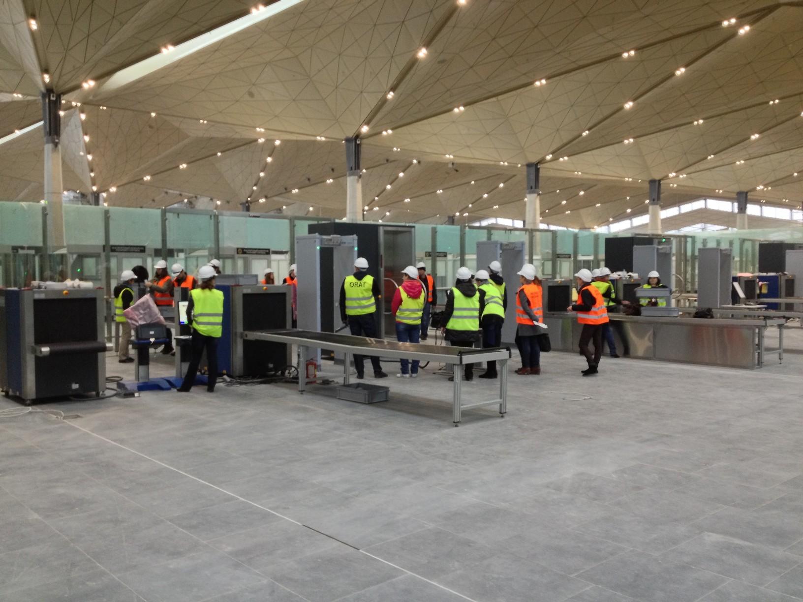 Общий вид стоек предполетного досмотра со стороны зала ожидания нового терминала Пулково