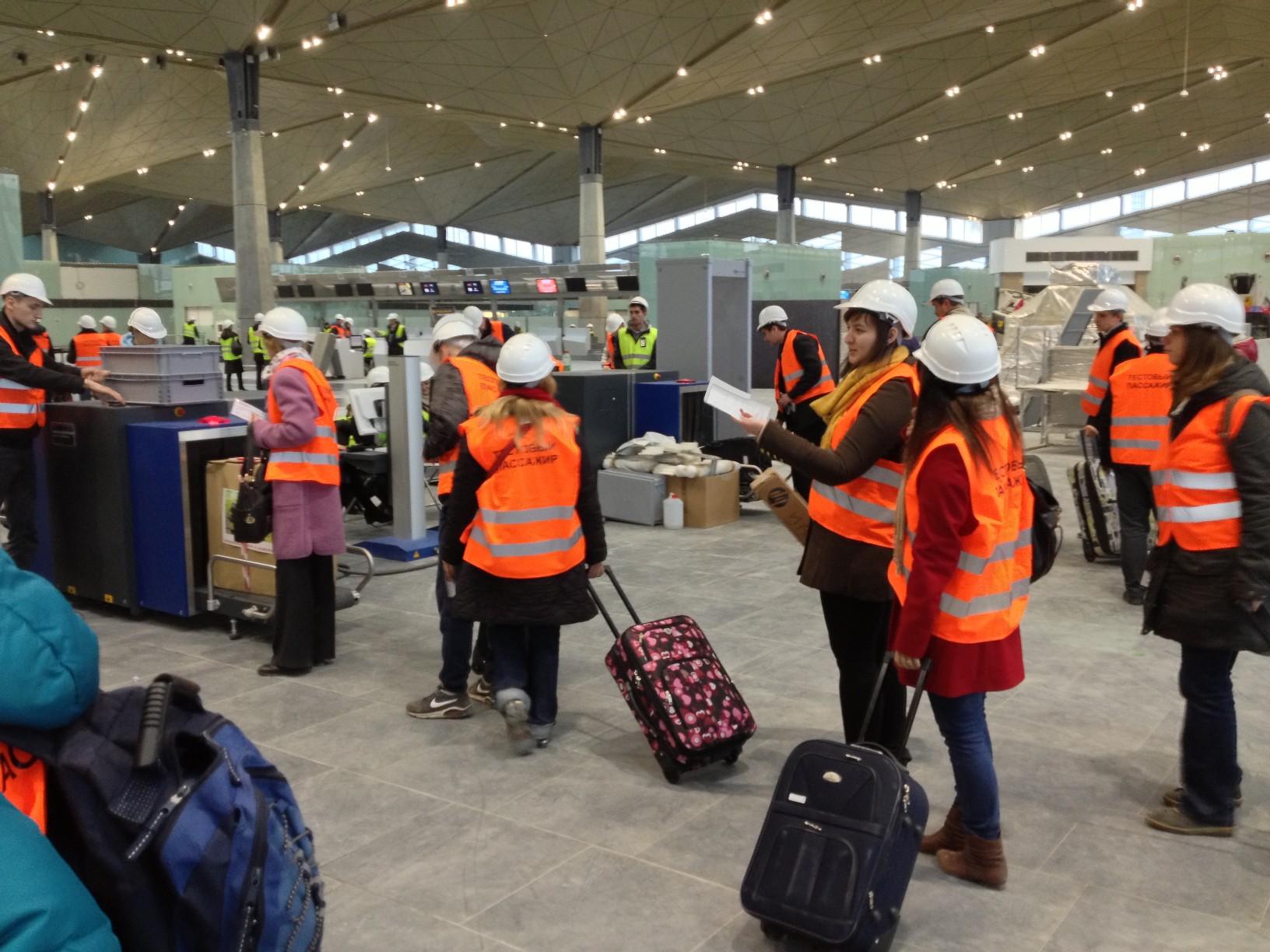 В очереди на вход в зону регистрации нового терминала Пулково на 3 этаже